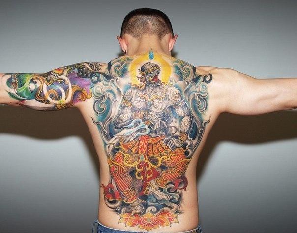 Красивые татуировки на спине и руке у парня