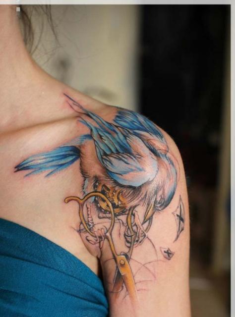 Птица на женском плече