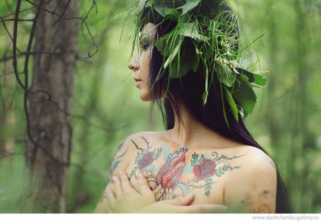 Сердце и розы на груди у лесной девушки