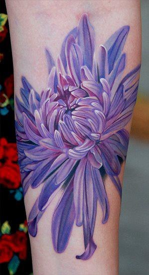 Татуировка-цветок на внутренней стороне руки