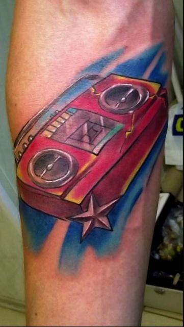 Красивая цветная татуировка на мужской руке