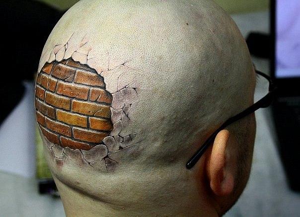 Татуировка-кирпич на голове у лысого мужчины