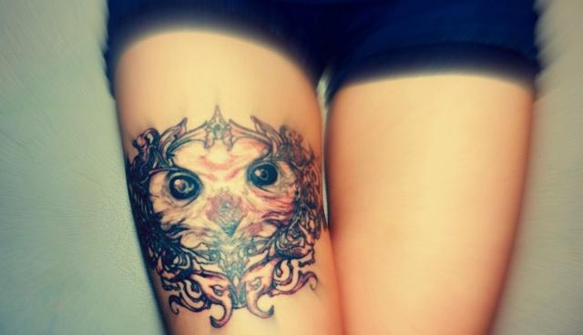 Татуировка-сова на ноге у девушки
