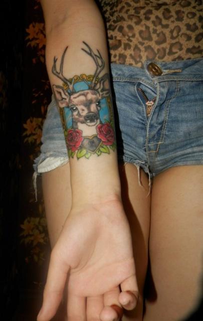 Рогатый олень на женской руке