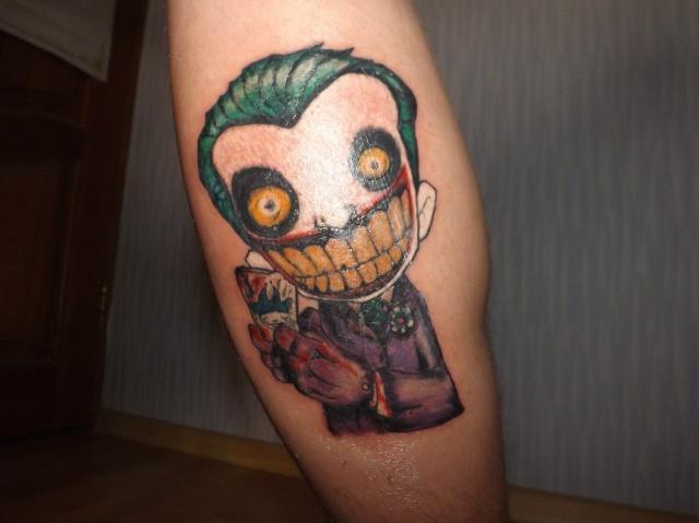 Клоун-игрушка на мужской ноге