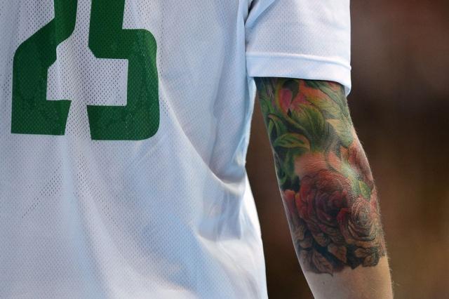 Татуировка в виде цветущих роз на правом локте венгерского гандболиста Сабольча Зубаи. Матч между командами Венгрии и Южной Кореи