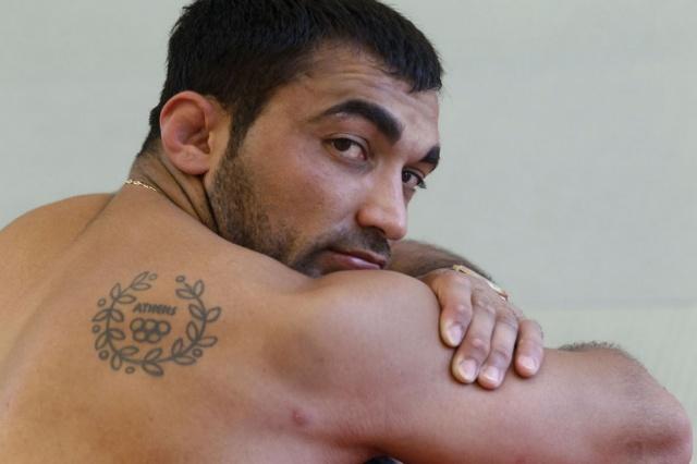 Греческий дзюдоист грузинского происхождения, олимпийский чемпион 2004 года, двукратный чемпион мира и Европы Илиас Илиадис отдыхает после тренировки. Имеет олимпийскую татуировку афинских игр на спине