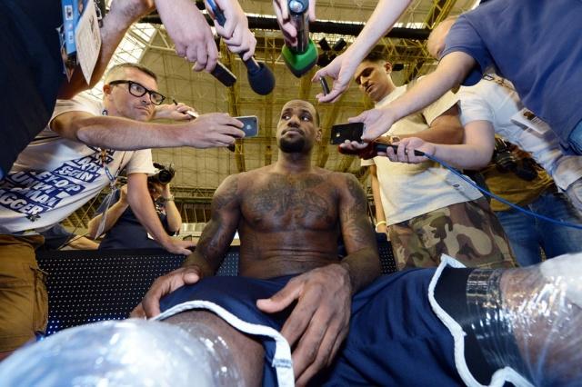 Американский баскетболист Леброн Джеймс дает интервью после тренировки, 23 июля 2012 года. Все тело спортсмена покрыто татуировками