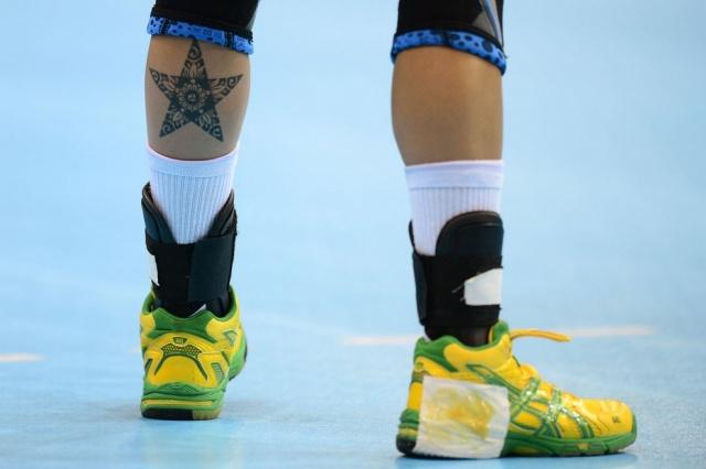 Татуировка в виде пятиконечной звезды на ноге у гандболистки Фернанды Силвы Роши из Бразилии. Матч между командами Хорватии и Бразилии
