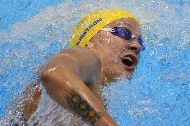 Шведка Сара Сьострем во время заплыва на 200 метров вольным стилем. Татуировка на руке