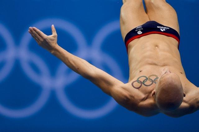 Британский спортсмен Николас Робинсон Бейкер тренируется в «Акватик-центре». Имеет на груди цветную татуировку в виде больших олимпийских колец