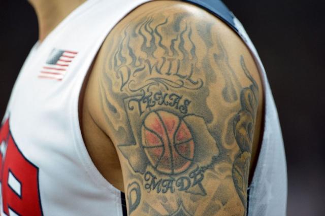 Баскетбольная татуировка на плече американского баскетболиста Дерона Уильямса. Матч против французов