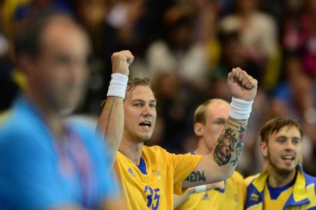 Шведский гандболист Андреас Нильссон во время матча против Туниса. Обе руки в цветных татуировках
