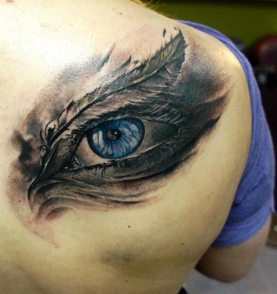 глаз в перьях на спине
