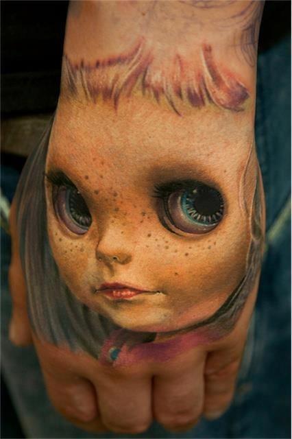 обьемная татуировка: игрушка-кукла на руке