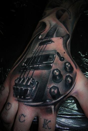 гитара на пальцах и руке