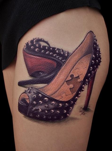 женские туфельки на руке