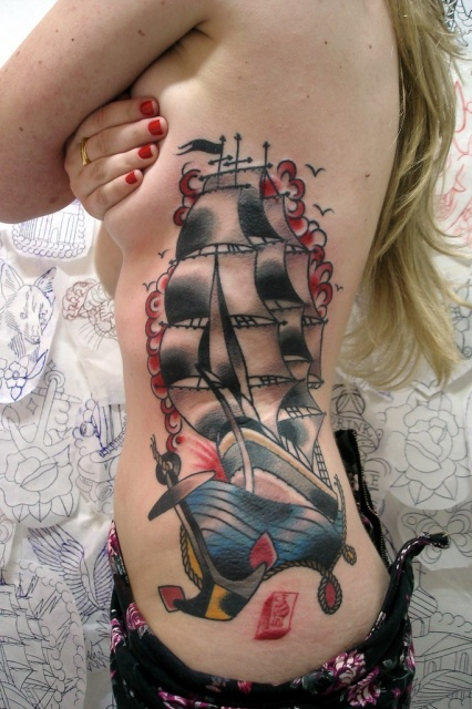 корабль тату на женском теле