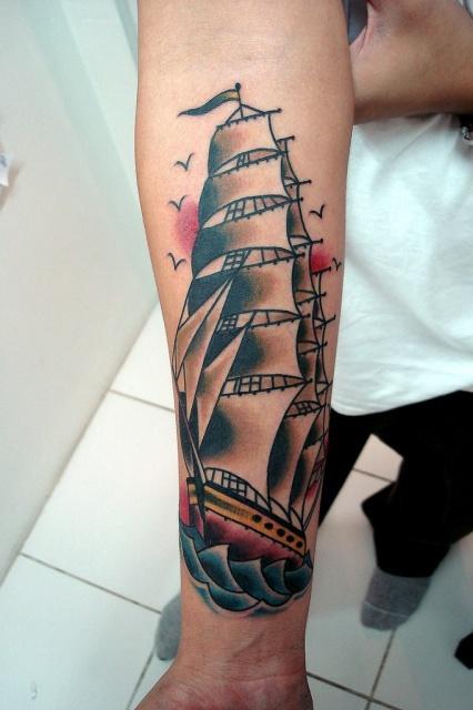 Татуировки кораблей на мужской руке