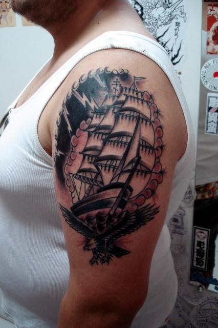 Татуировки кораблей на мужском плече