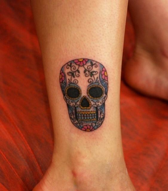 Татуировки черепа на женской руке