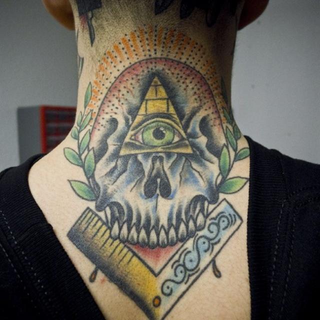 Татуировки черепа на шее