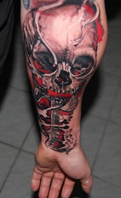 Татуировка черепа на мужской руке