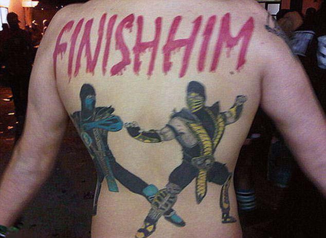 Татушки с игры Mortal combat на спине мужчины