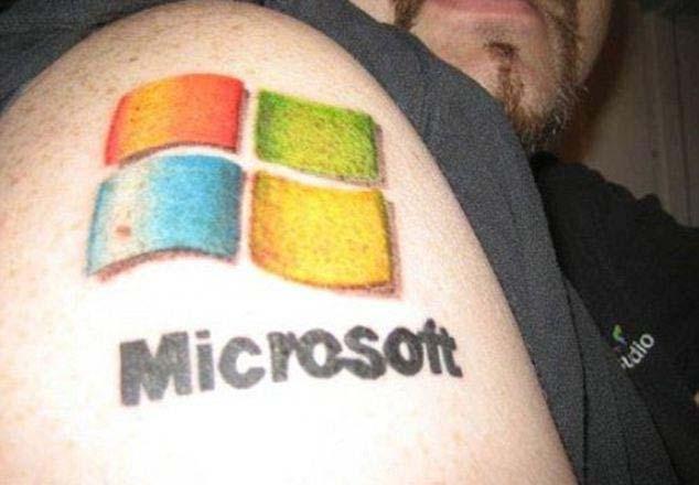 Татушки Microsoft на плече