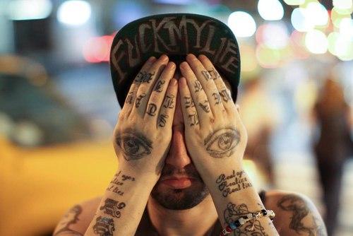 Татуировки надписи и глаза