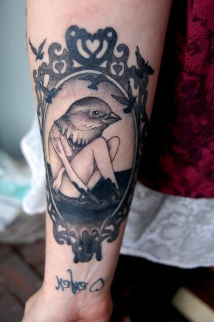 Фото татуировки птицы на мужской руке