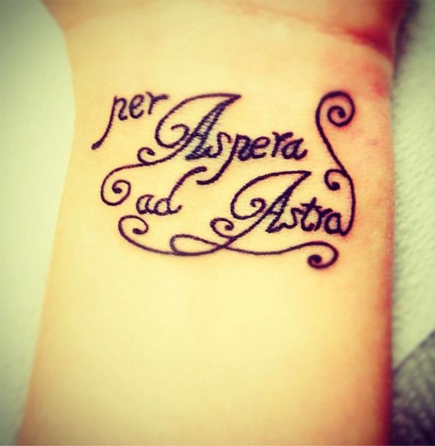 Татуировка надпись через тернии к