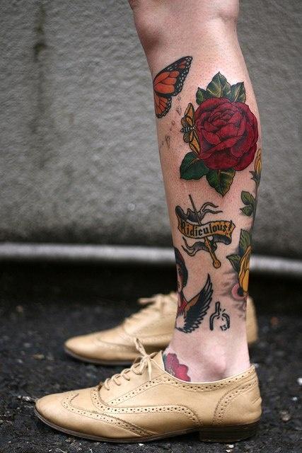 Татуировка красной розы на ноге (1)