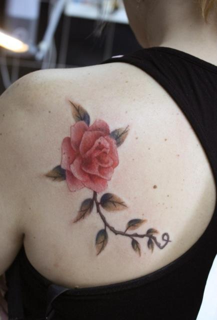 Татуировка роза на спине (9)