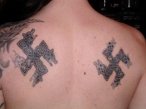 Татуировки свастики на спине (8)