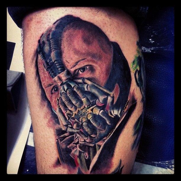 Фото татуировки Бейна на ноге