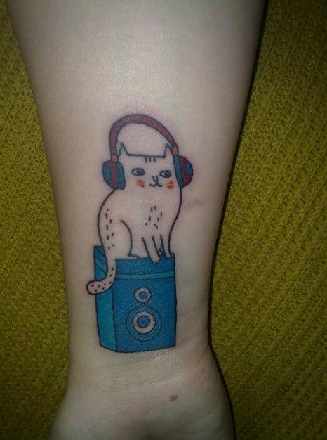 Кот-татуировка на руке