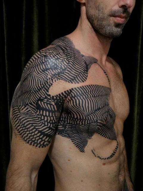 Татуировки Xoil на груди, руке и плече
