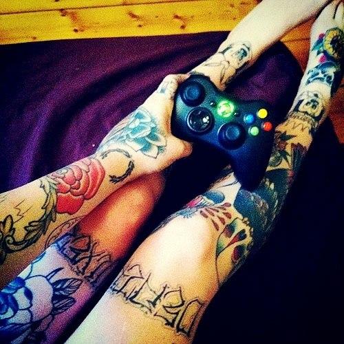 Девушки в татуировках на ногах (2)