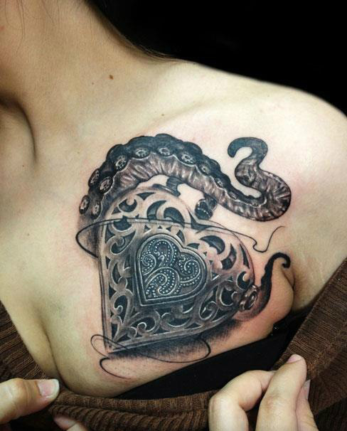 Татуировка сердца и осьминога на груди