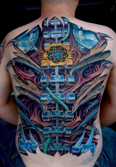 Татуировка биомеханика на мужской спине