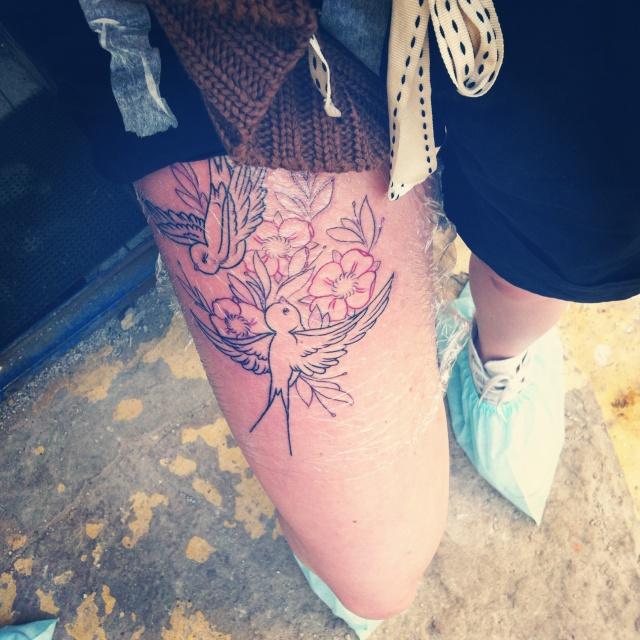 татуировка ласточки на ноге (6)
