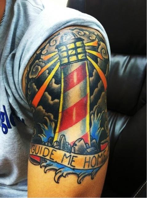 Татуировка-маяк на плече