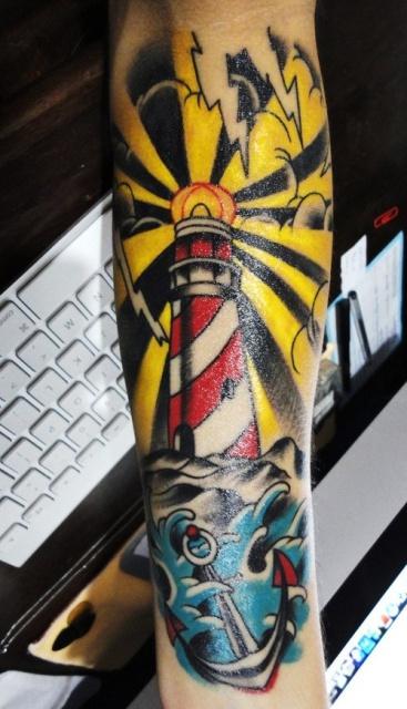 Татуировка-маяк на всю руку