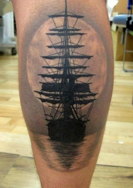 Татуировки кораблей на ноге
