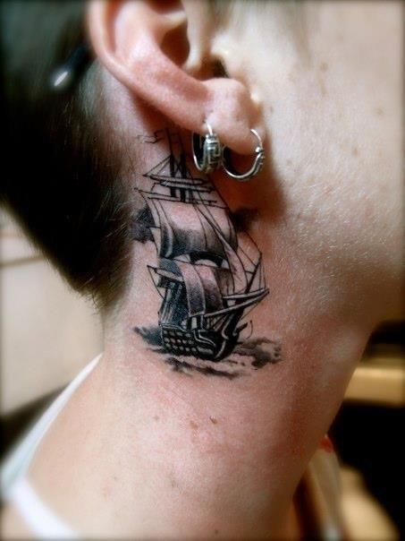 Татуировки кораблей на шее