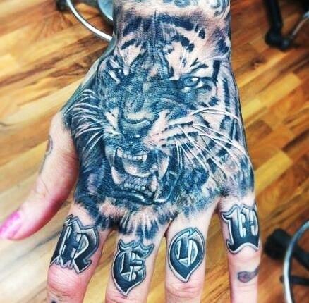 Татуировки тигр на кулаке