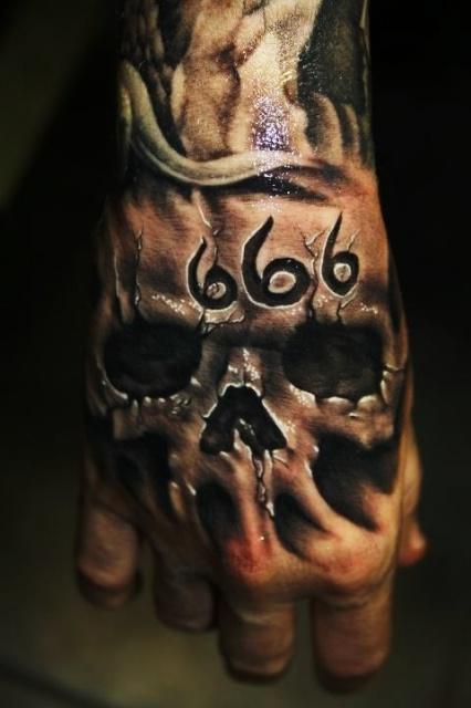Татуировки черепов кулак