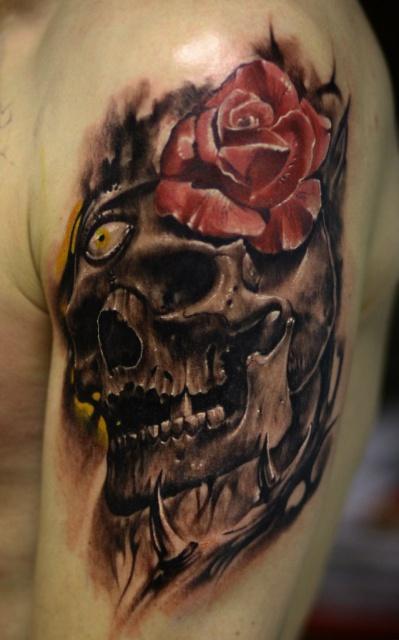 Череп в розах на руке 4