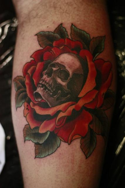 Череп в розах на ноге